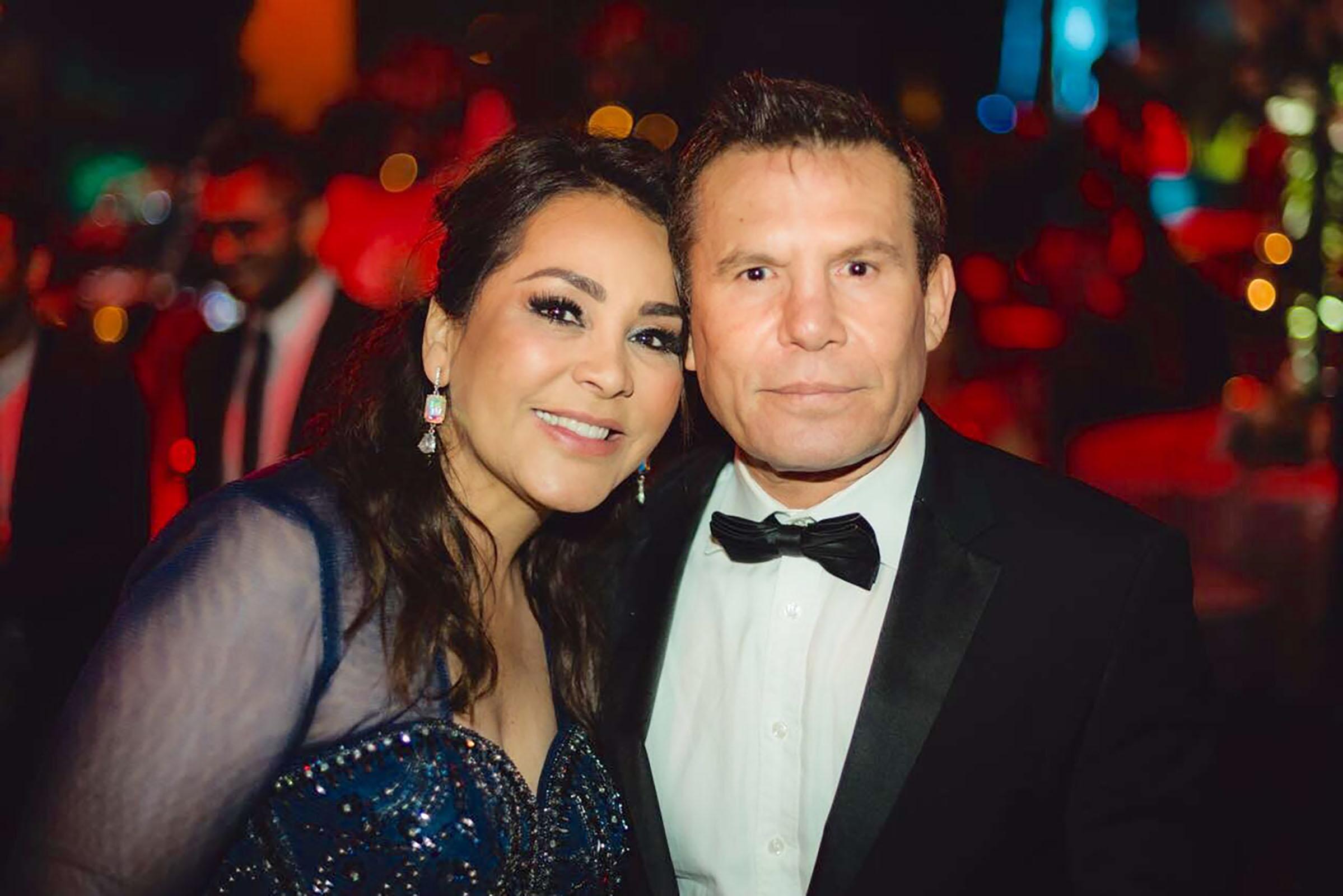 Julio César Chávez y su esposa