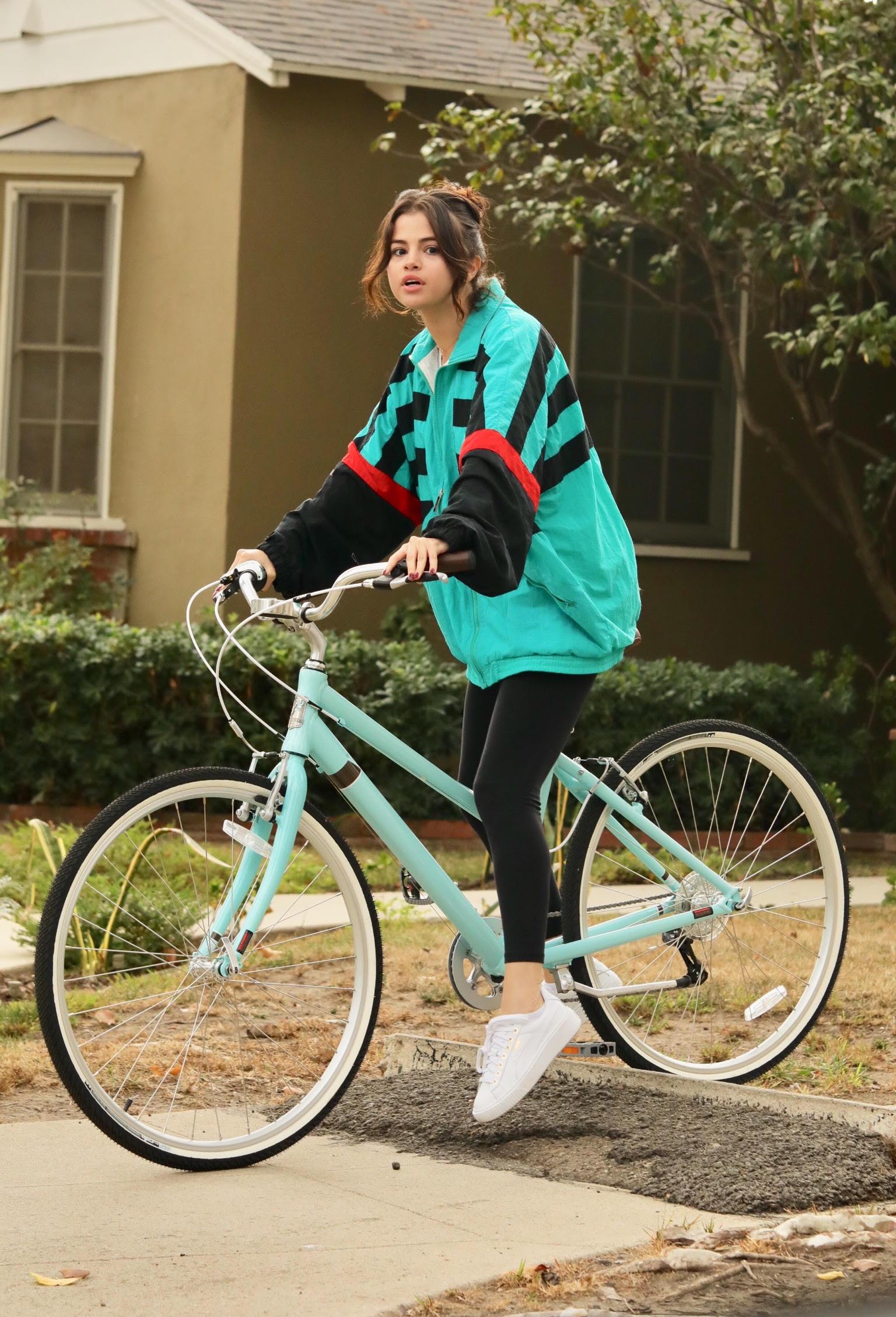 Selena Gómez, the weeknd, jacket, bicicleta, ex novio