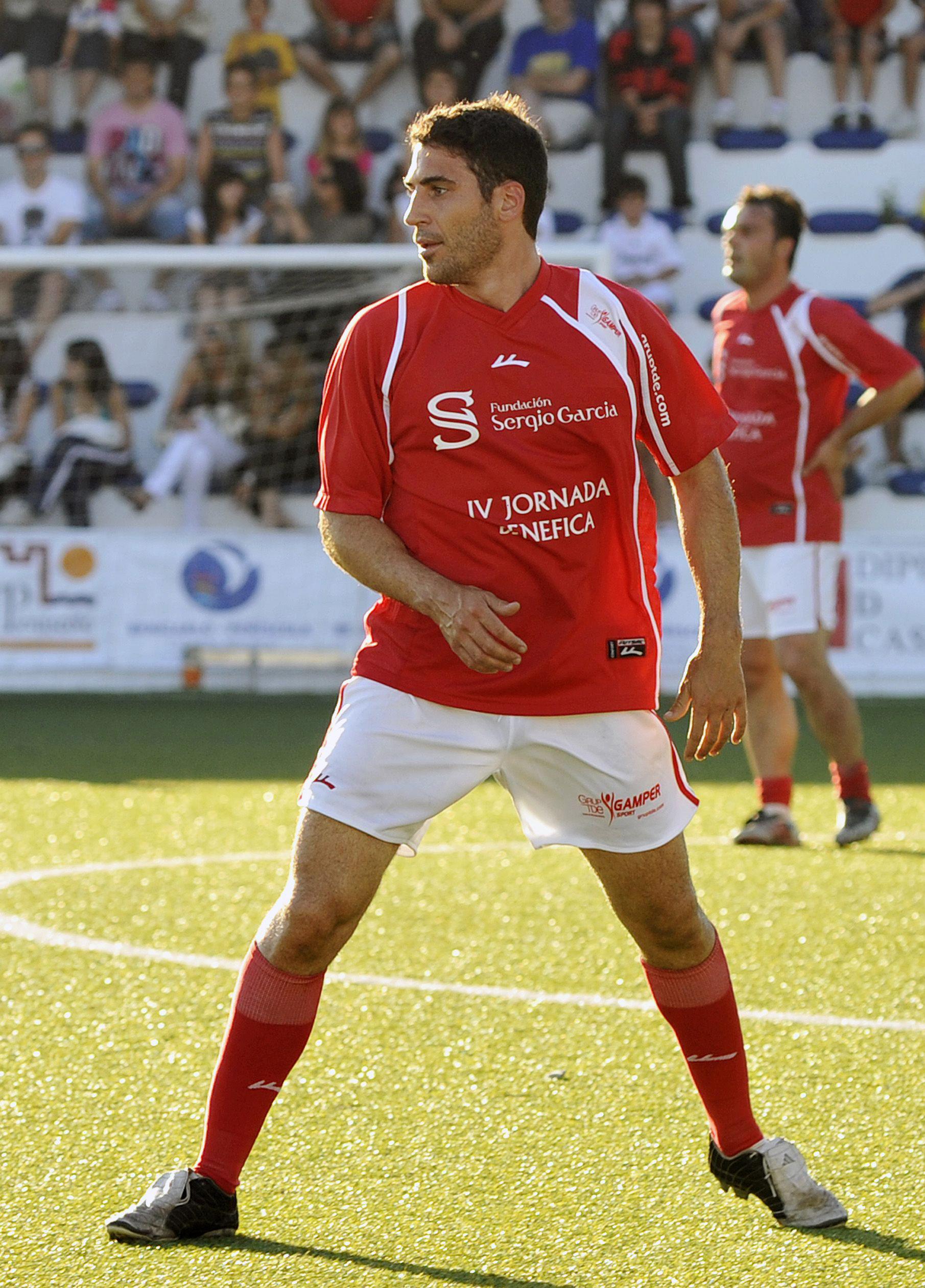 Miguel Angel Silvestre jugando futbol