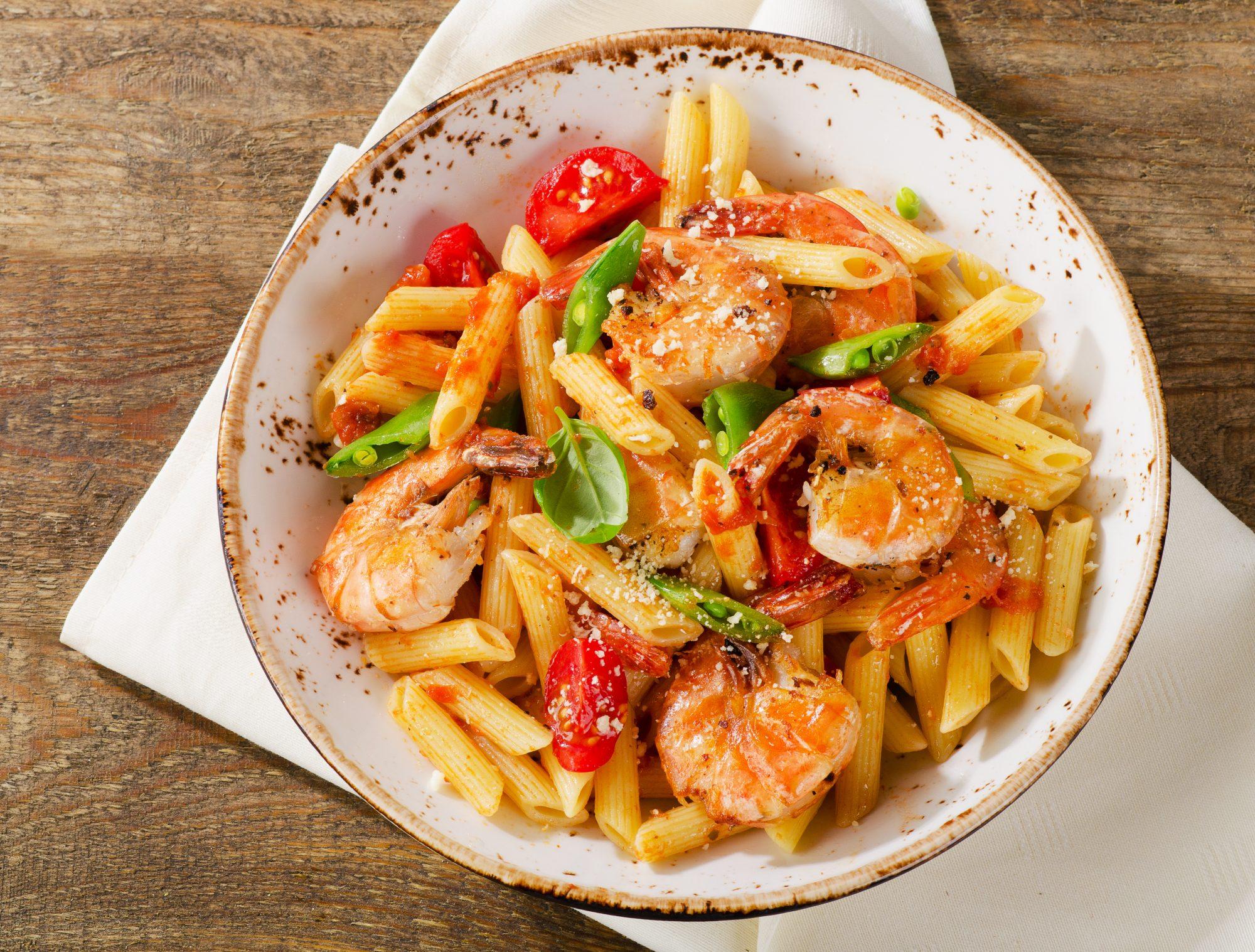 Pasta penne con camarones en salsa de tomate y ajo