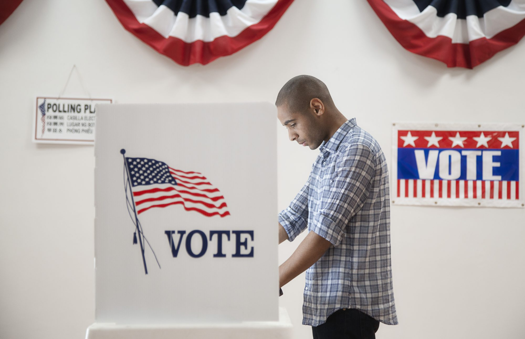 Hombre votando