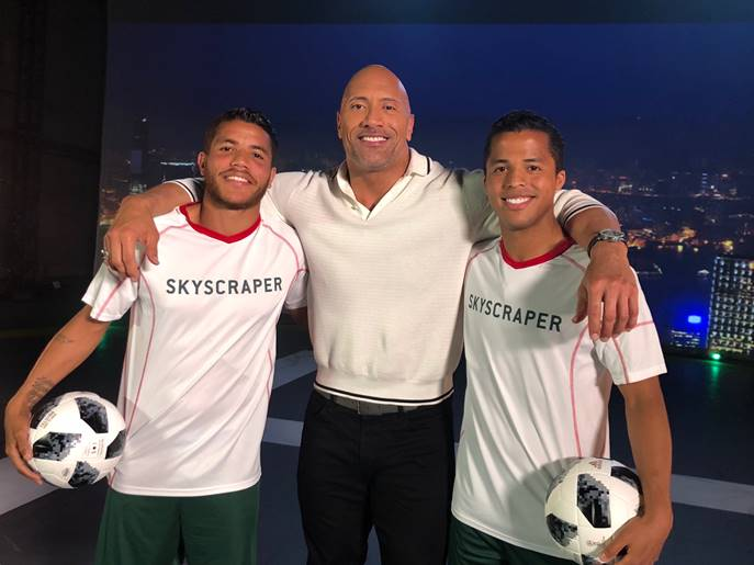 "Dwayne ""The Rock"" Johnson con Giovanni y Jonathan Dos Santos"