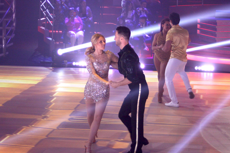 Irina Baeva mira quien baila