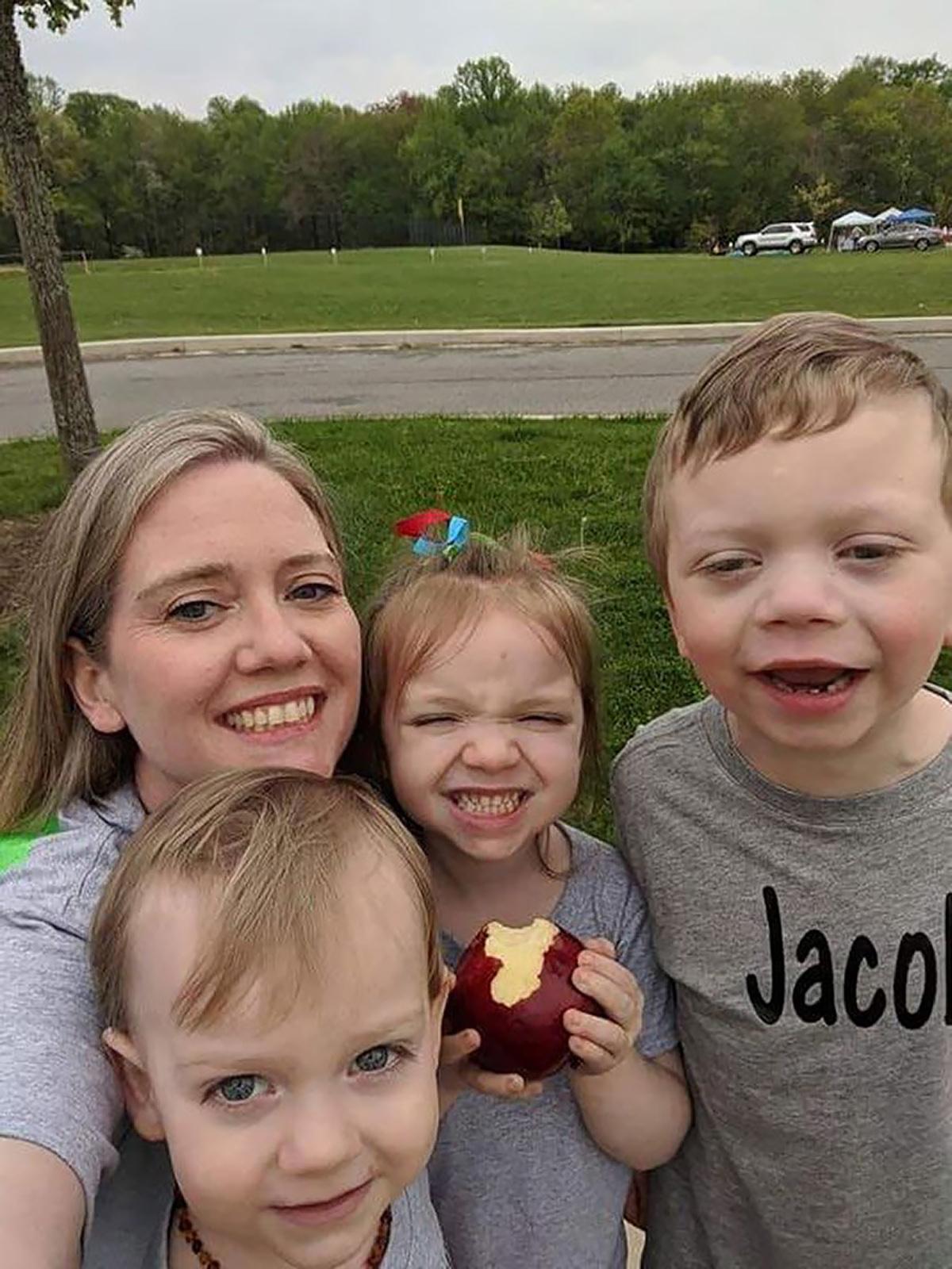 Julie Burton Edwards y sus hijos