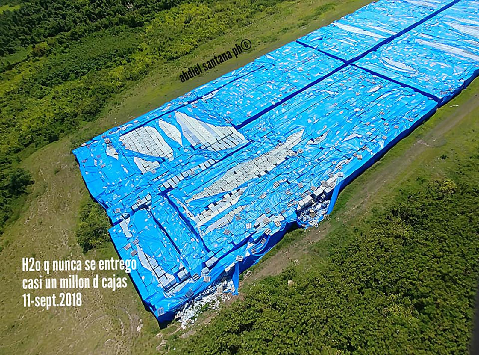 Botellas de agua que nunca se entregaron a damnificados del huracán María.