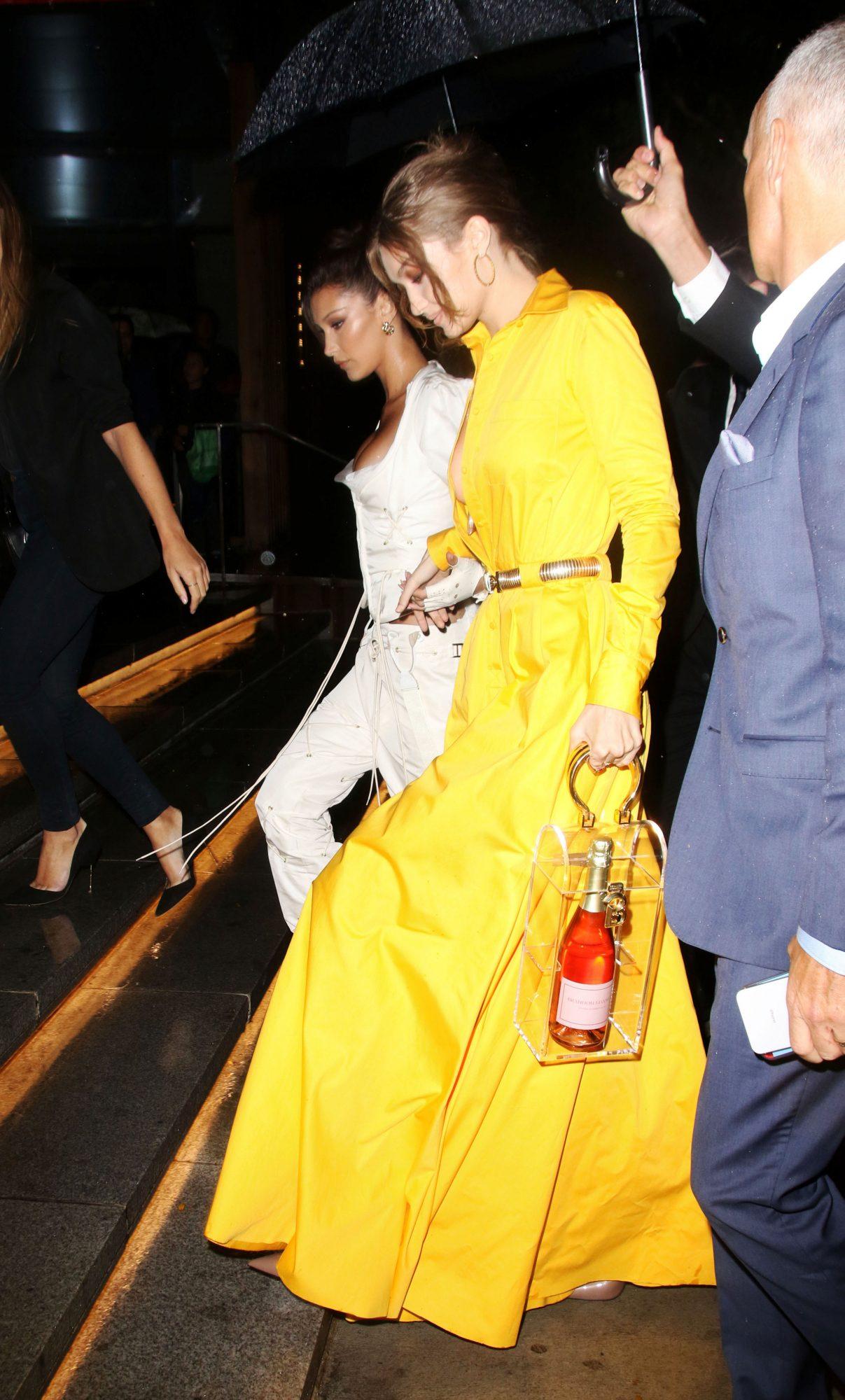 Gigi Hadid, bolso transparente, botella, champana