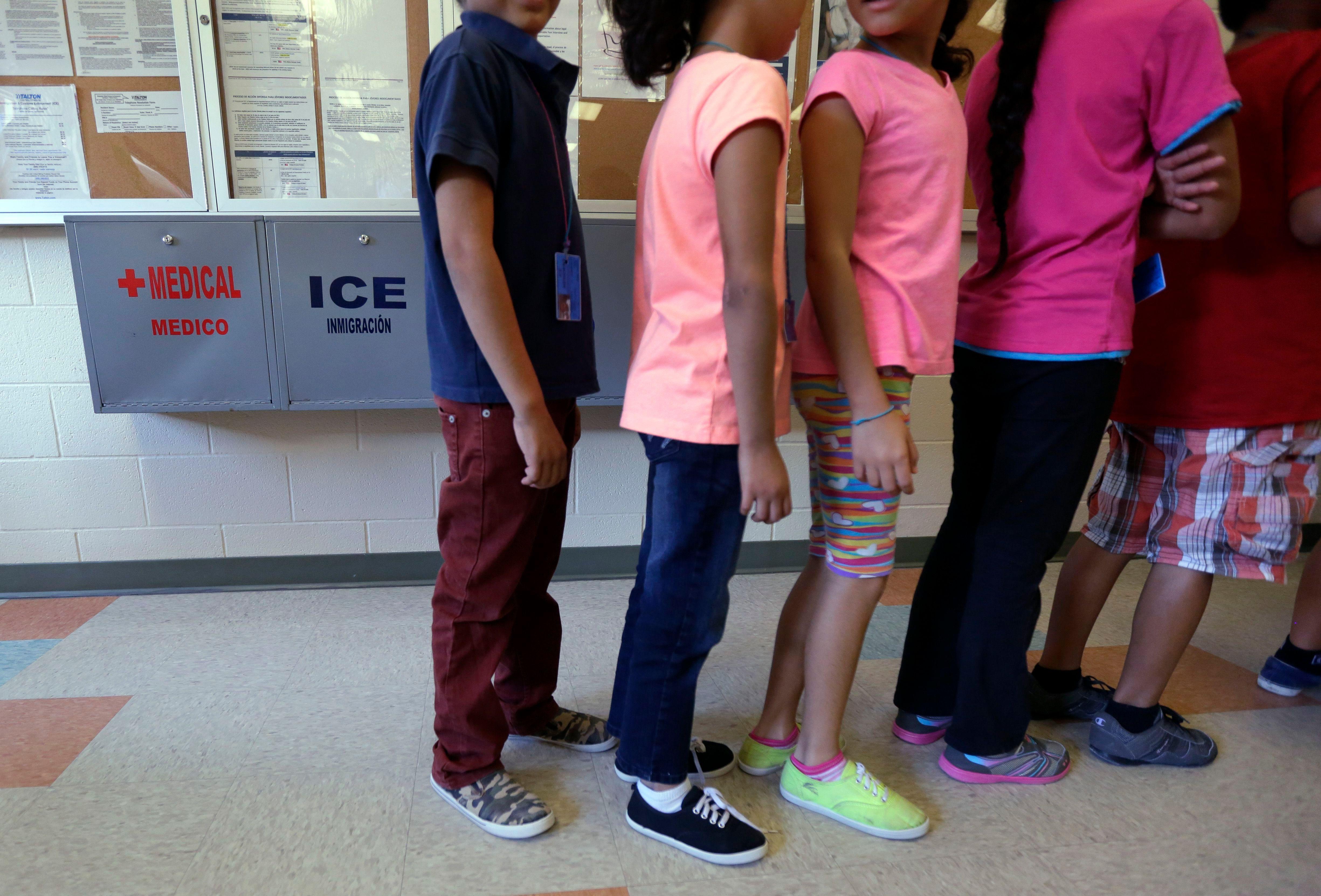 Niños migrantes detenidos en Karnes, Texas