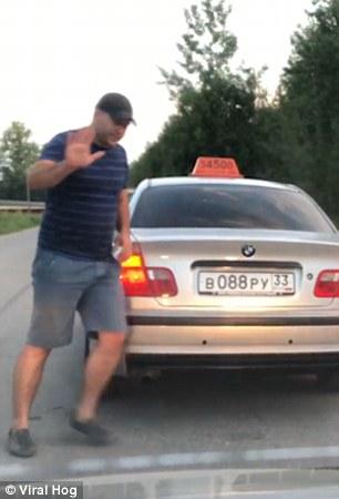taxi ruso bota a pasajero