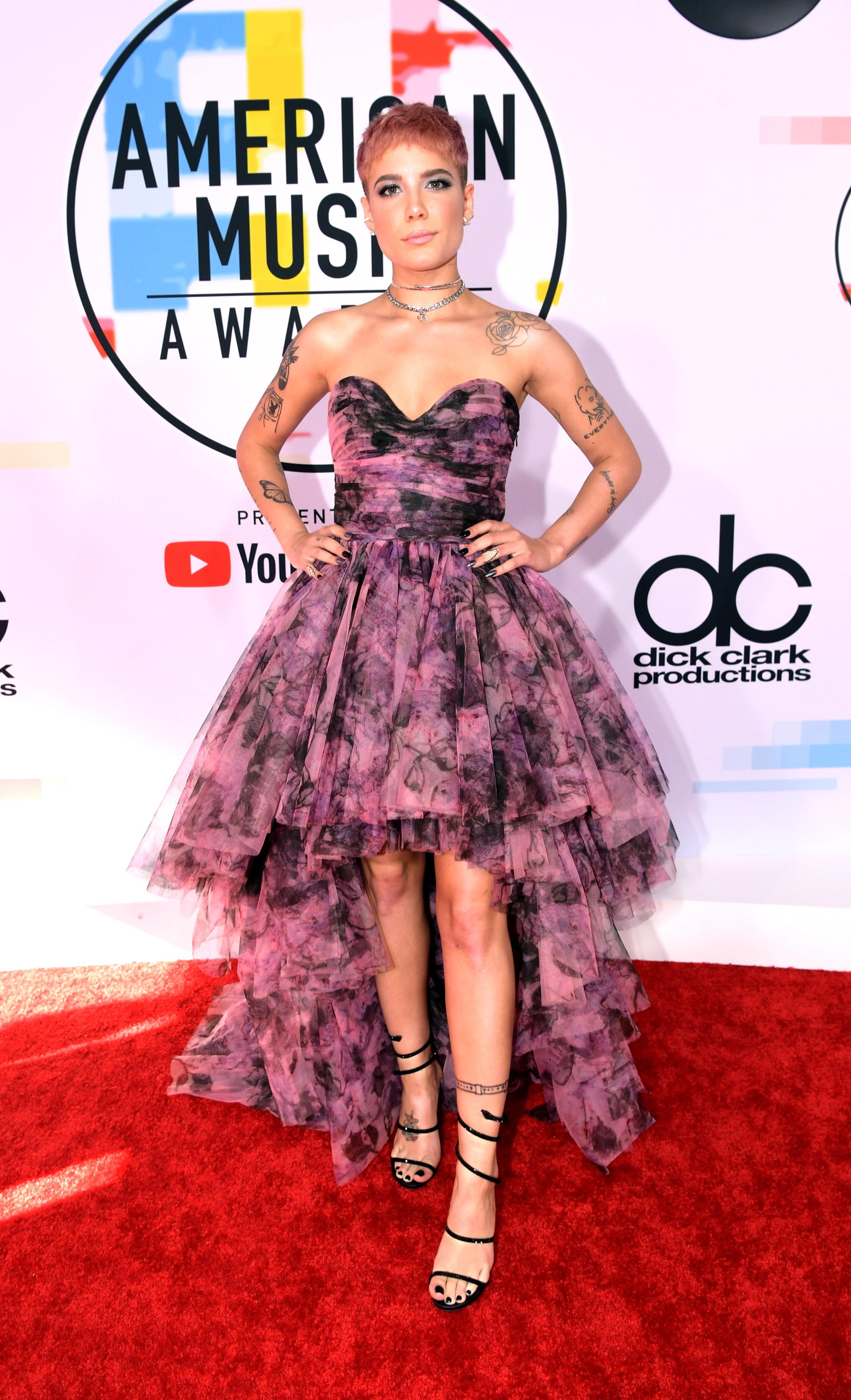 famosa, AMAs, American Music Awards, alfombra roja, vestido