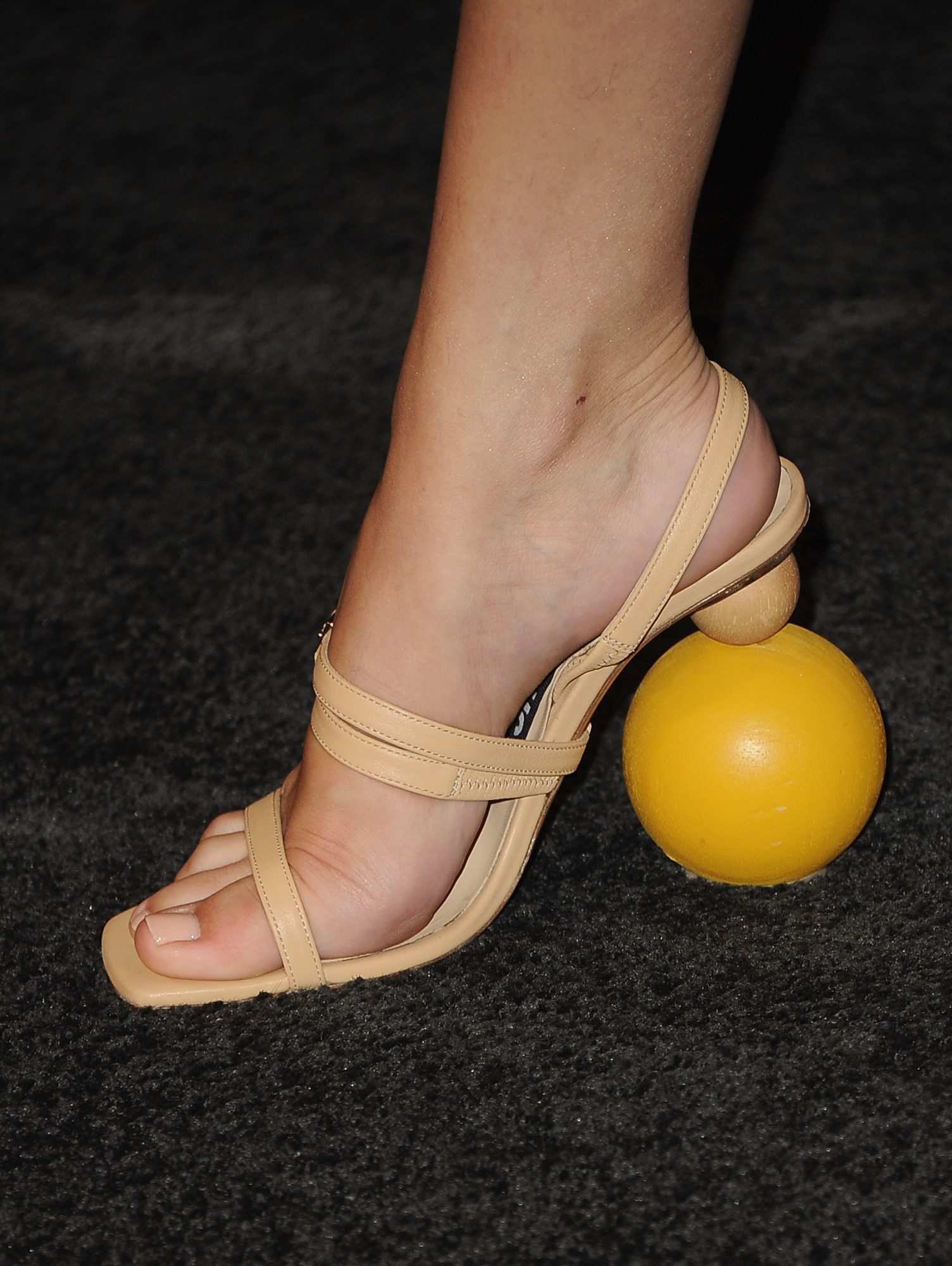 Selena Gomez, zapatos, sandalias, looks, desparejado, diferentes, tacones