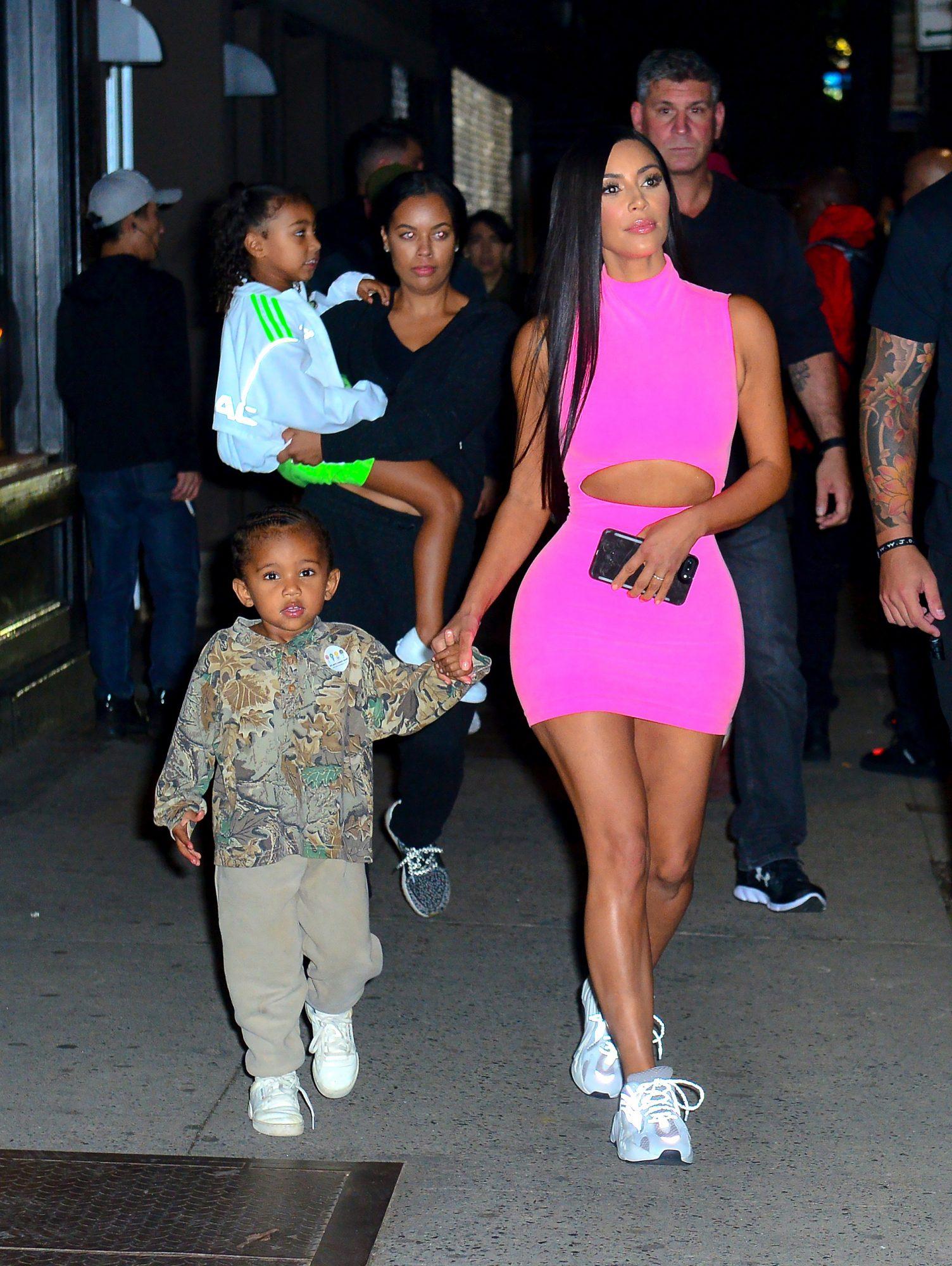 kim-kardashian-con-sus-hijos-en-nueva-york.jpg