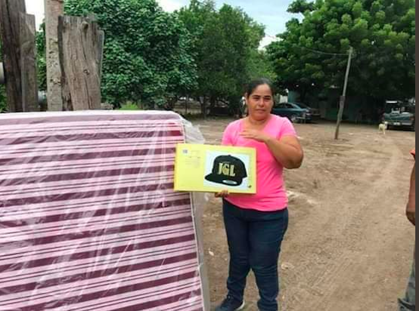 Reparten colchones con las siglas de El Chapo
