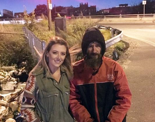 pareja-y-homeless-fraude1.png
