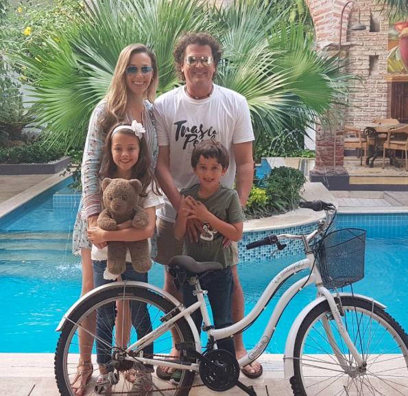 Carlos Vives junto a su esposa e hijos/Instagram Carlos Vives