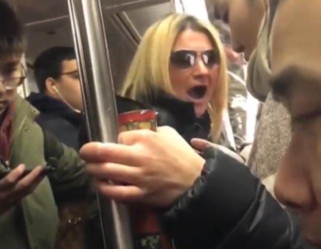 racista-tren-nueva-york.png