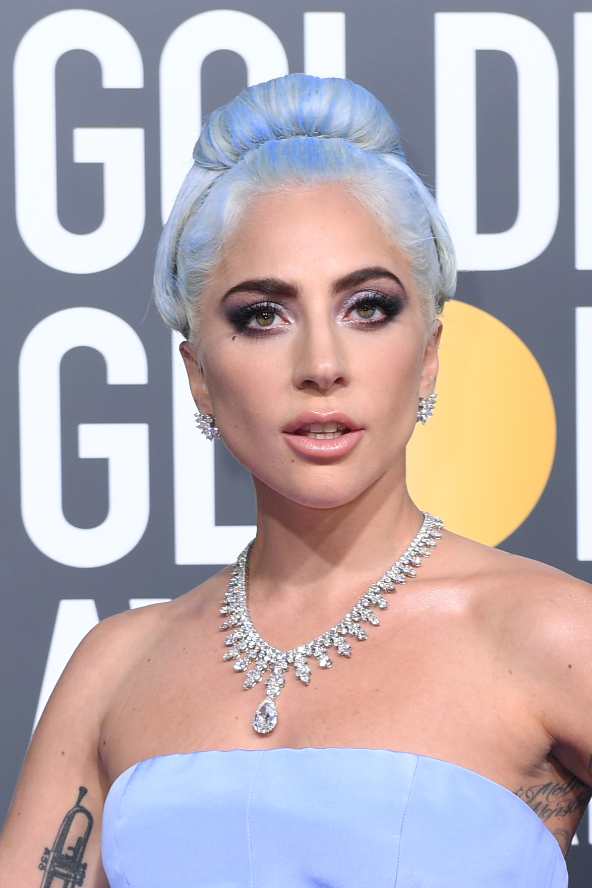 Lady Gaga, golden globes, belleza, maquillaje, pelo