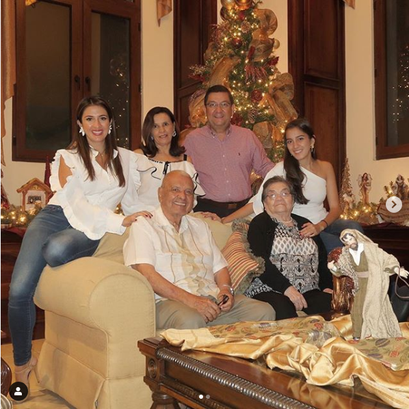 "screenshot_2019-01-15 maity interiano on instagram ""🎄feliz navidad 💗 mi familia #merrychristmas"""