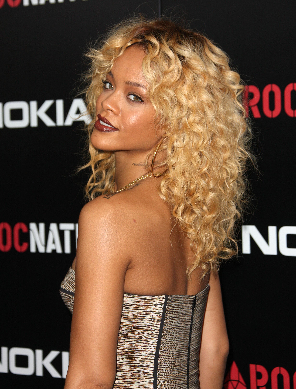 Rihanna, cabello rizado, belleza
