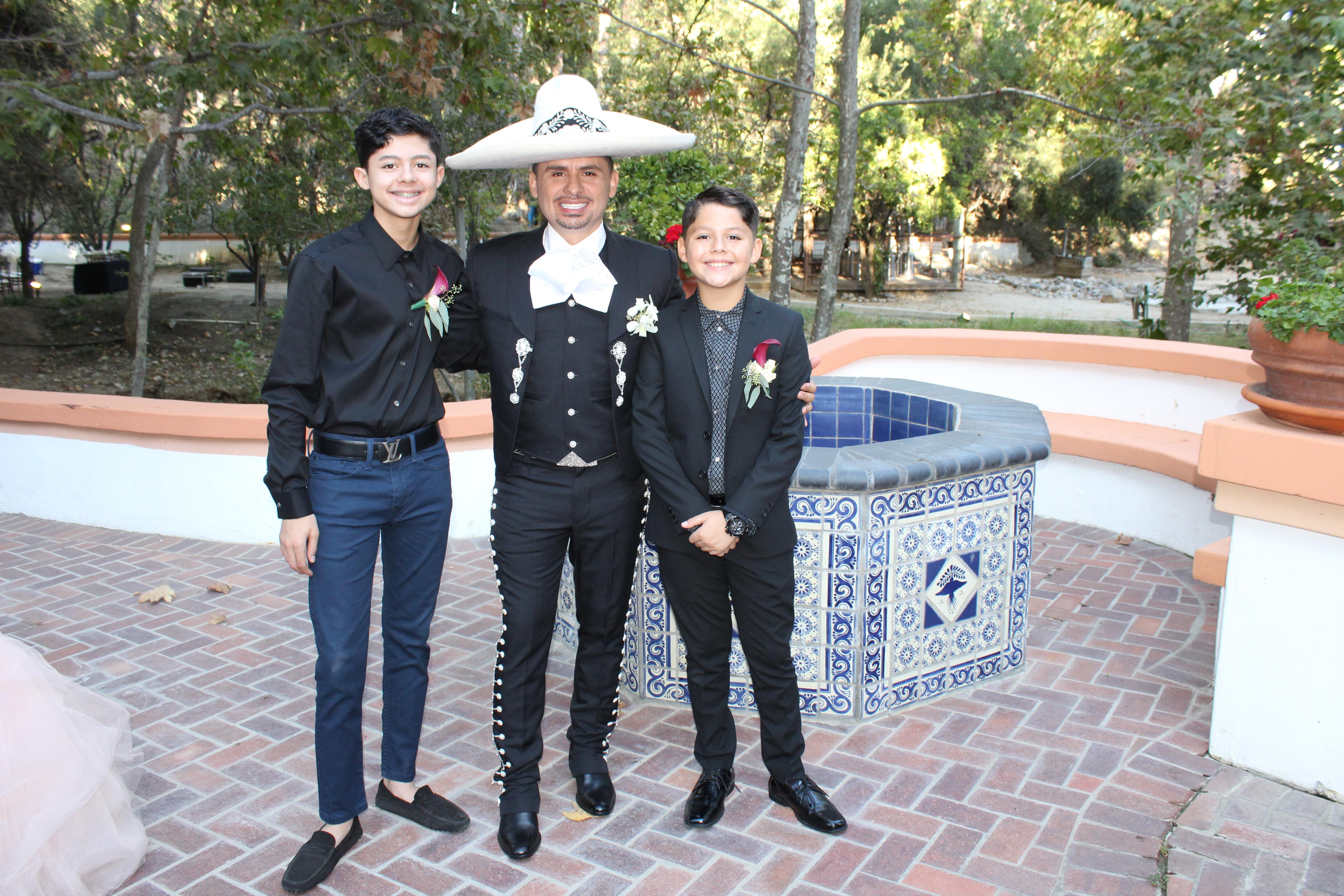 Larry Hernández e hijos