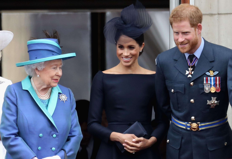 La reina Isabel con Meghan Markle y el príncipe Harry.