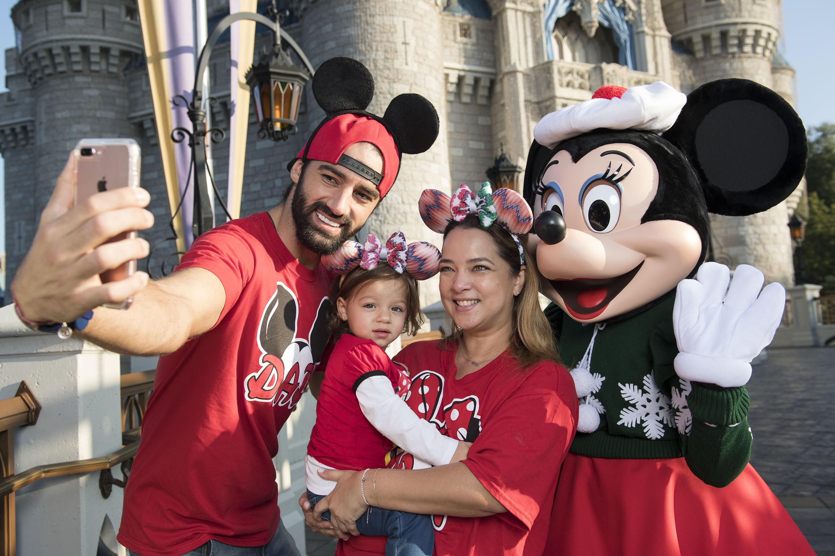 Adamari Lopez con Toni Costa y Alaia