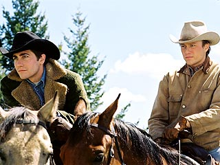Jake Gyllenhaal (izq.) y Heath Ledger en Brokeback Mountain