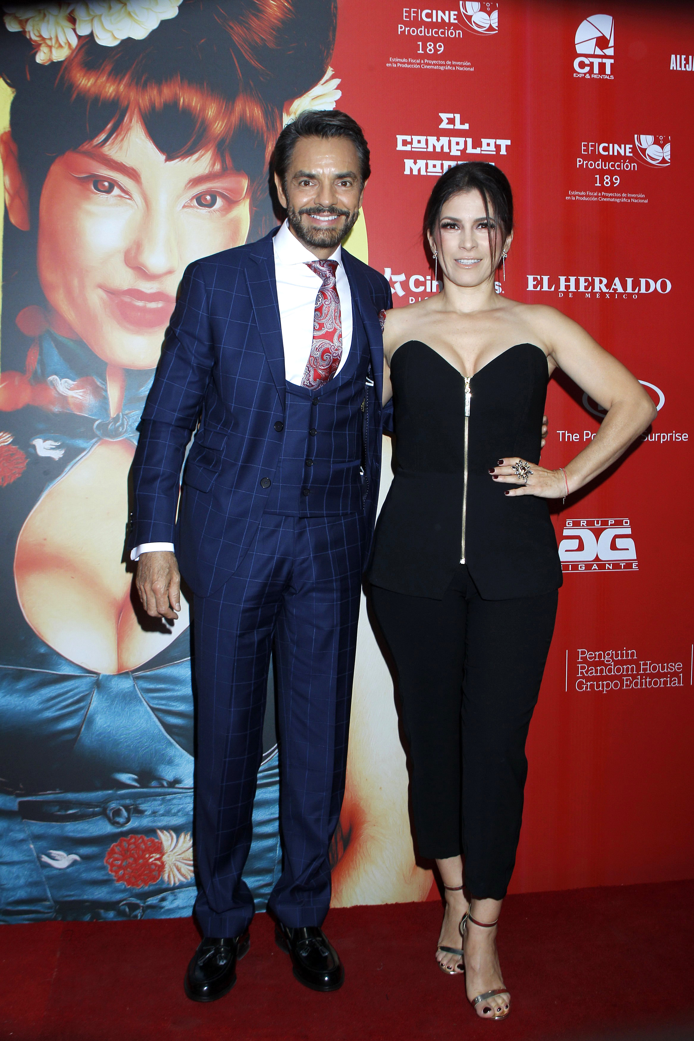 """Eugenio Derbez desfila junto a Alessandra Rosaldo por la alfombra roja de la premiere de la película """"El Complot Mongol"""""""