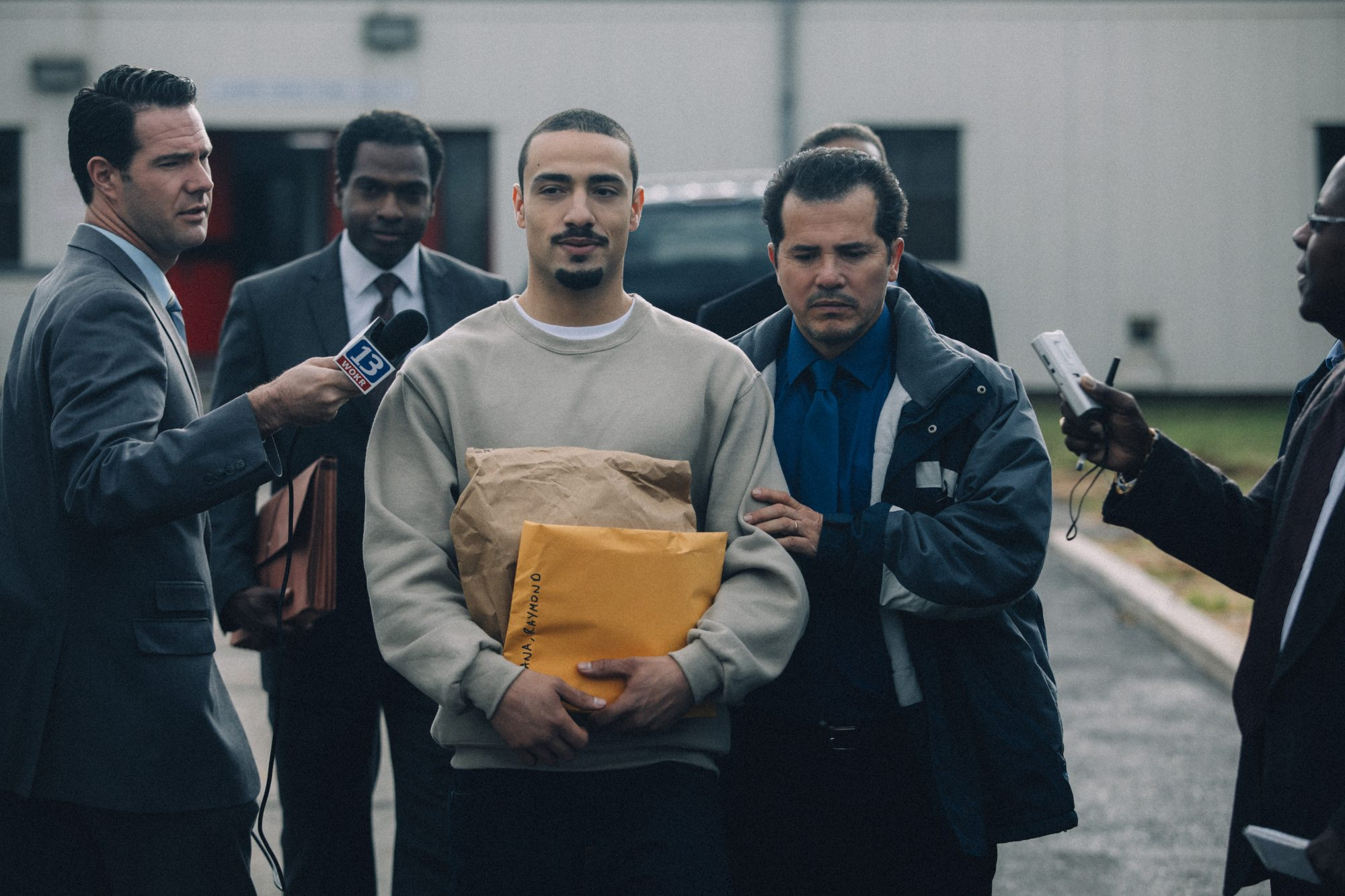 Freddy Miyares y John Leguizamo en When They See Us.