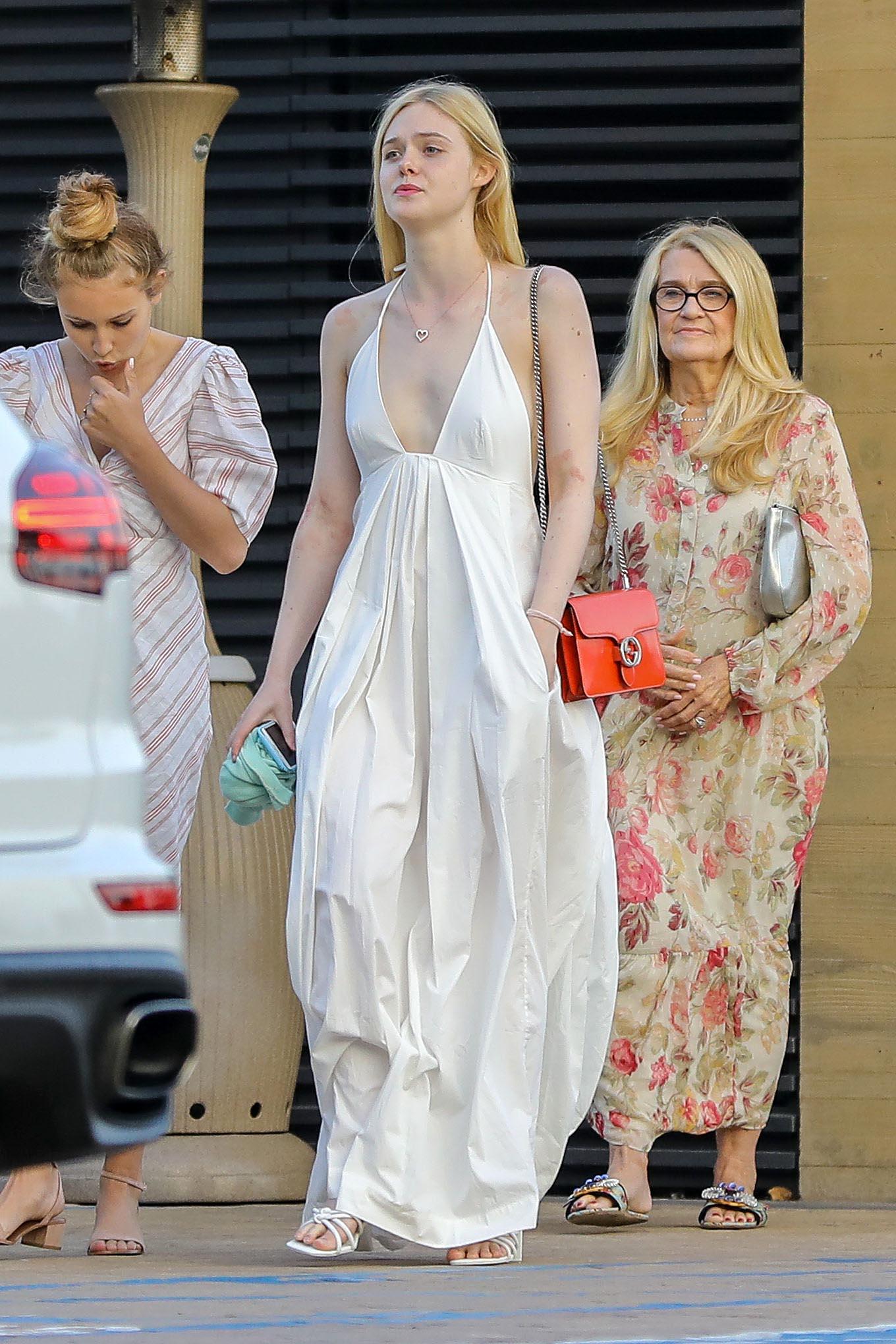 Ella Fanning, look, vestido blanco maxi