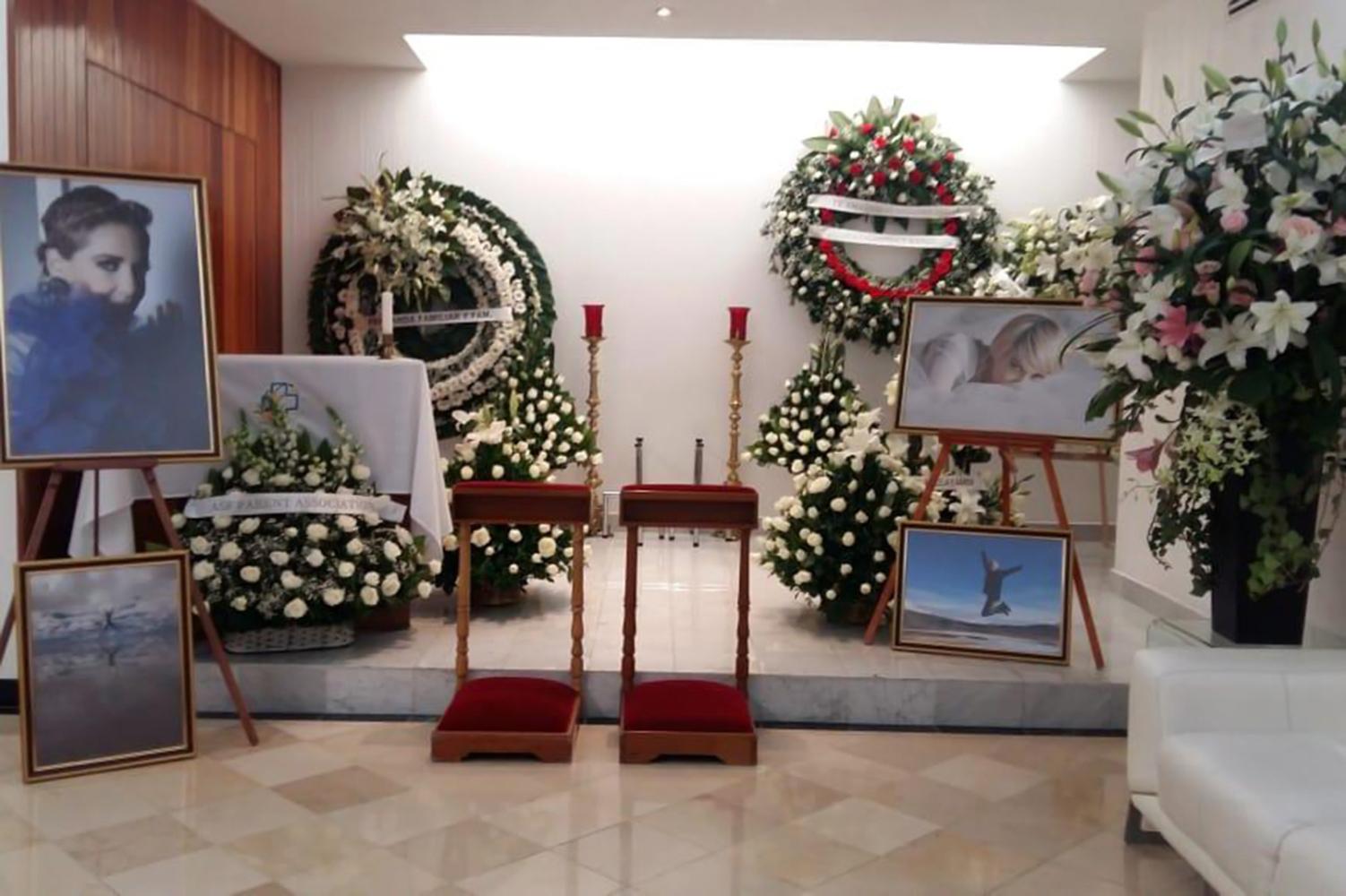 Familiares y personalidades del medio artístico acuden al Panteón Frances a darle el último adiós a Edith González, quien falleció la mañana de ayer tras una larga batalla contra el cáncer de ovario que se le detectó años atras