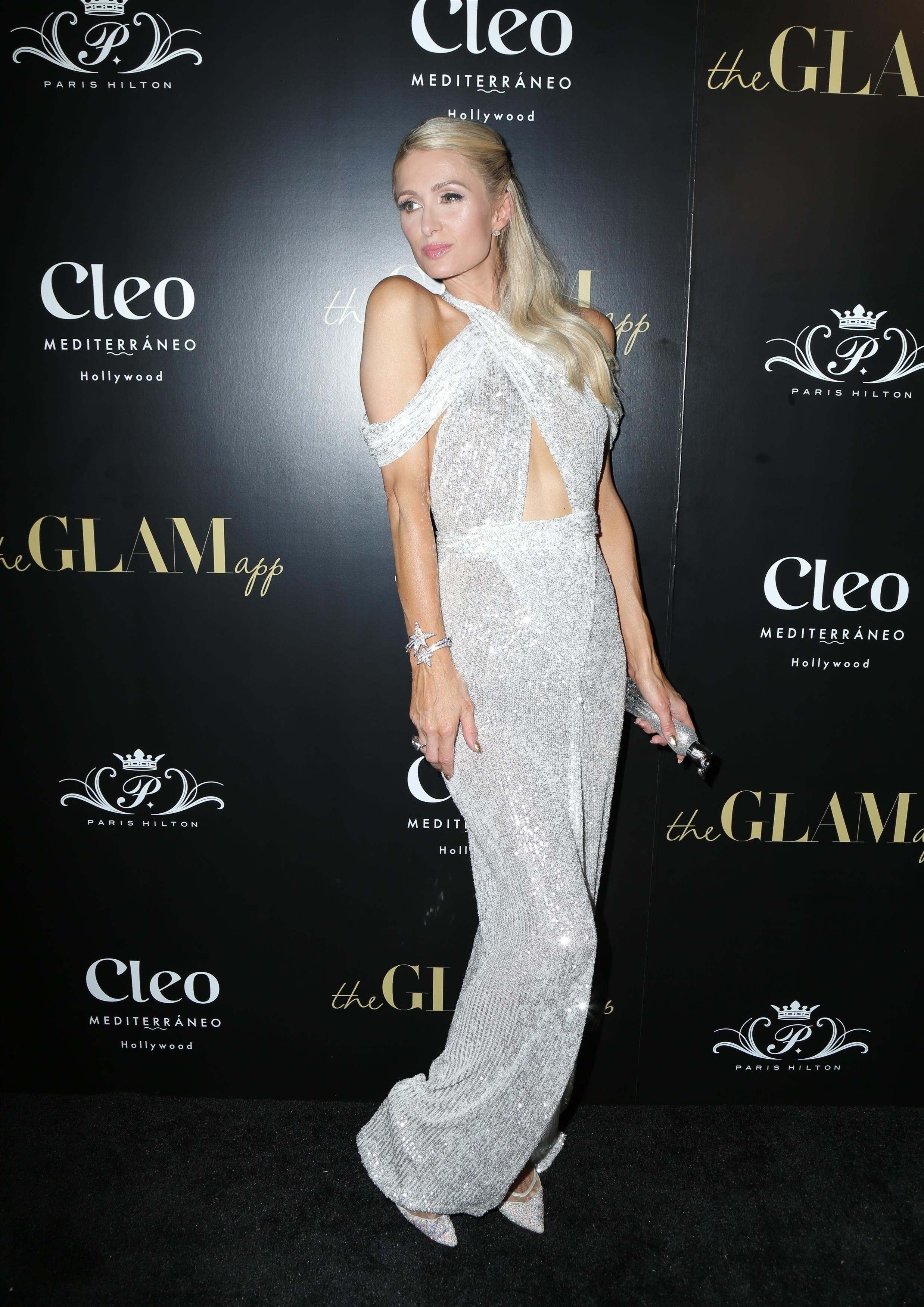 Paris Hilton, look, vestido plateado