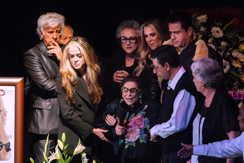 Familiares, amigos y público en general asistieron a rendir un sentido homenaje en el escenario del Teatro Jorge Negrete y despedir a Edith González, quien falleció ayer a los 54 años de edad