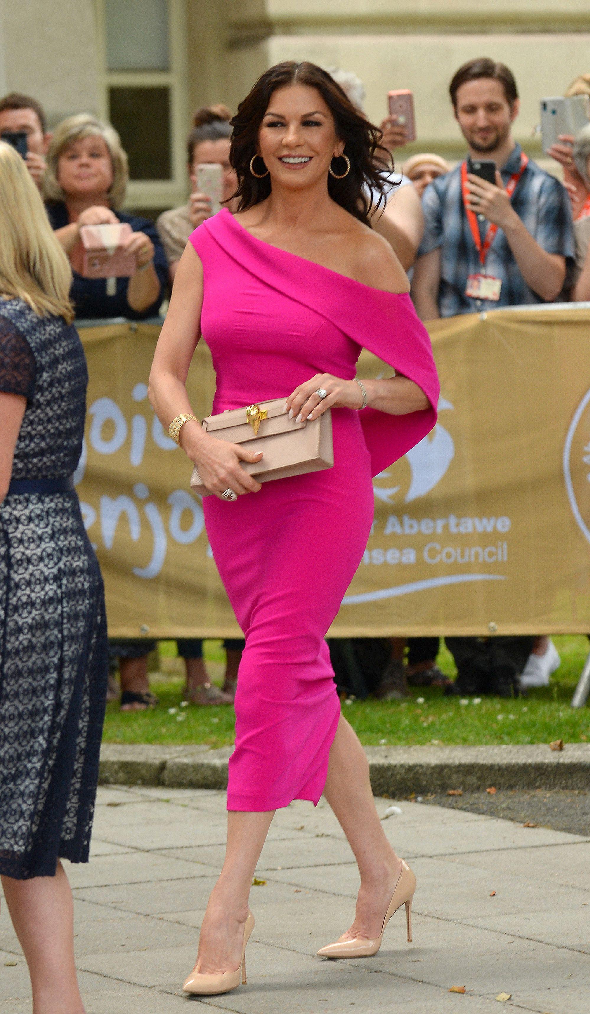 Catherine Zeta Jones, looks, vestido fucisia
