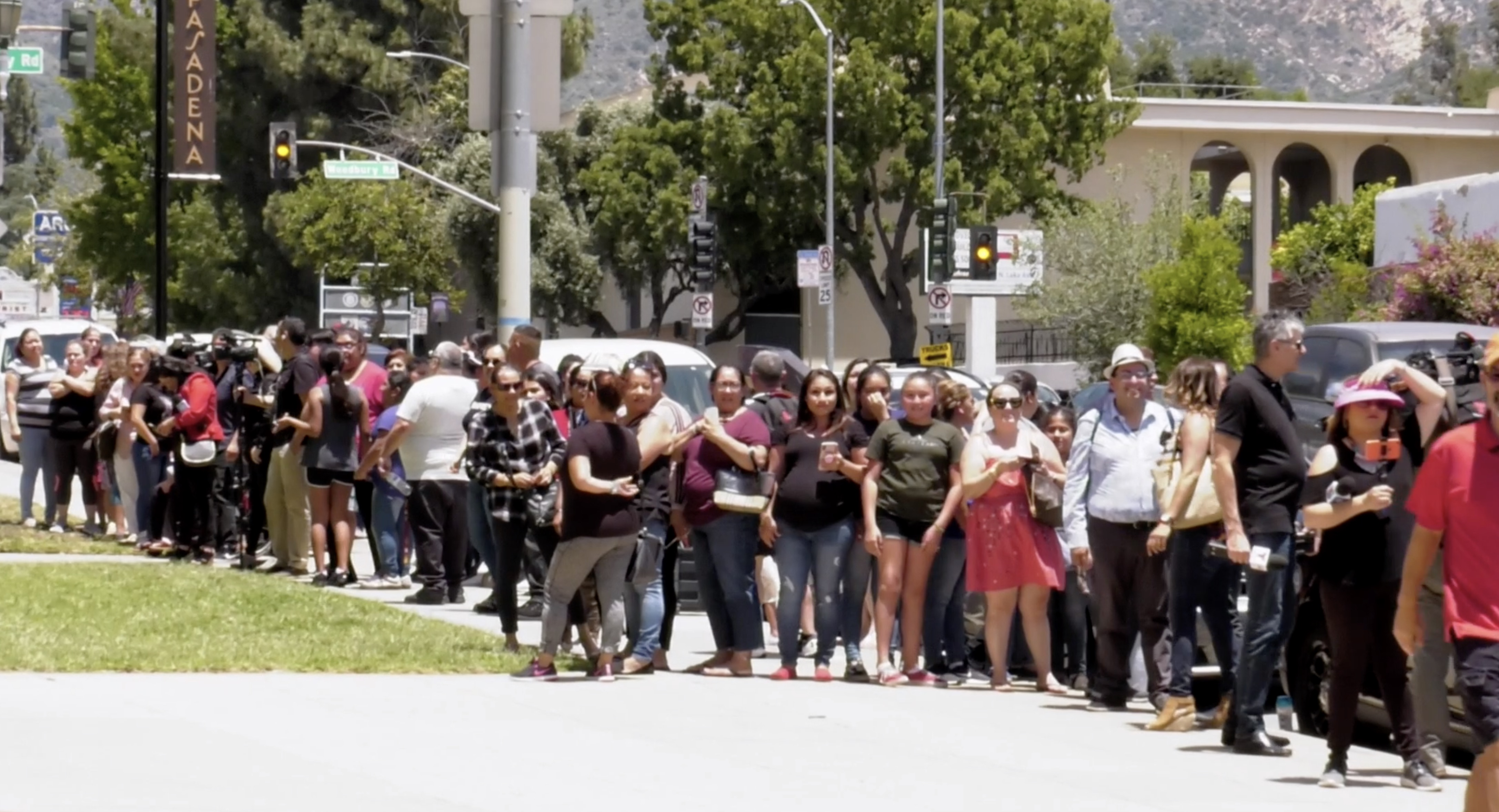 Público fuera de la Iglesia