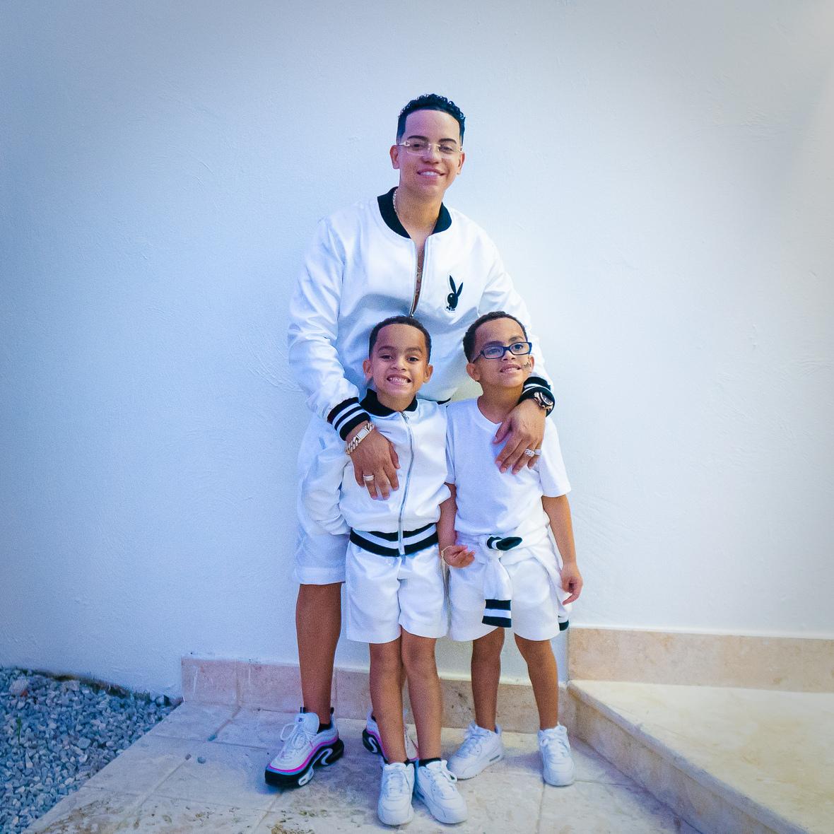 J Álvarez con hijos