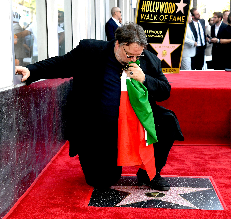 Guillermo del Toro estrella paseo fama de hollywood bandera mexicana