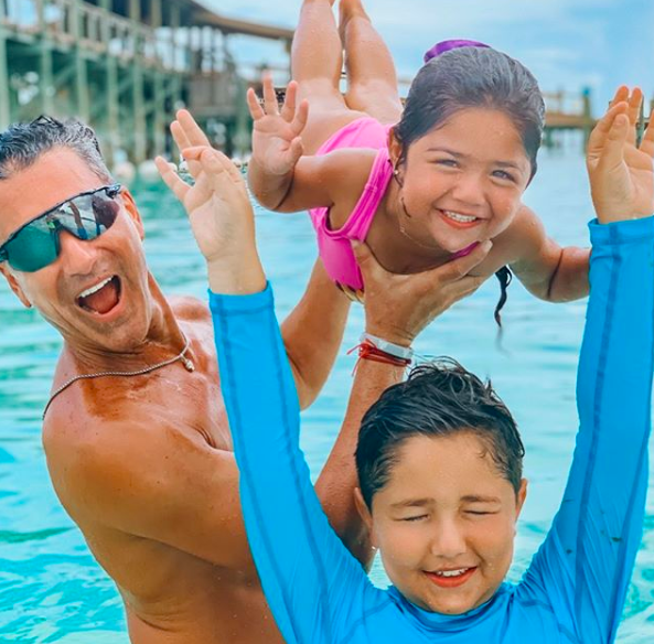 Jorge Bernal con sus hijos