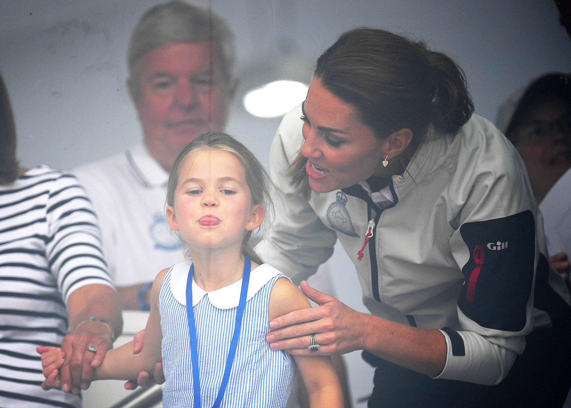 Princesa Charlotte Kate MIdddleton gesto