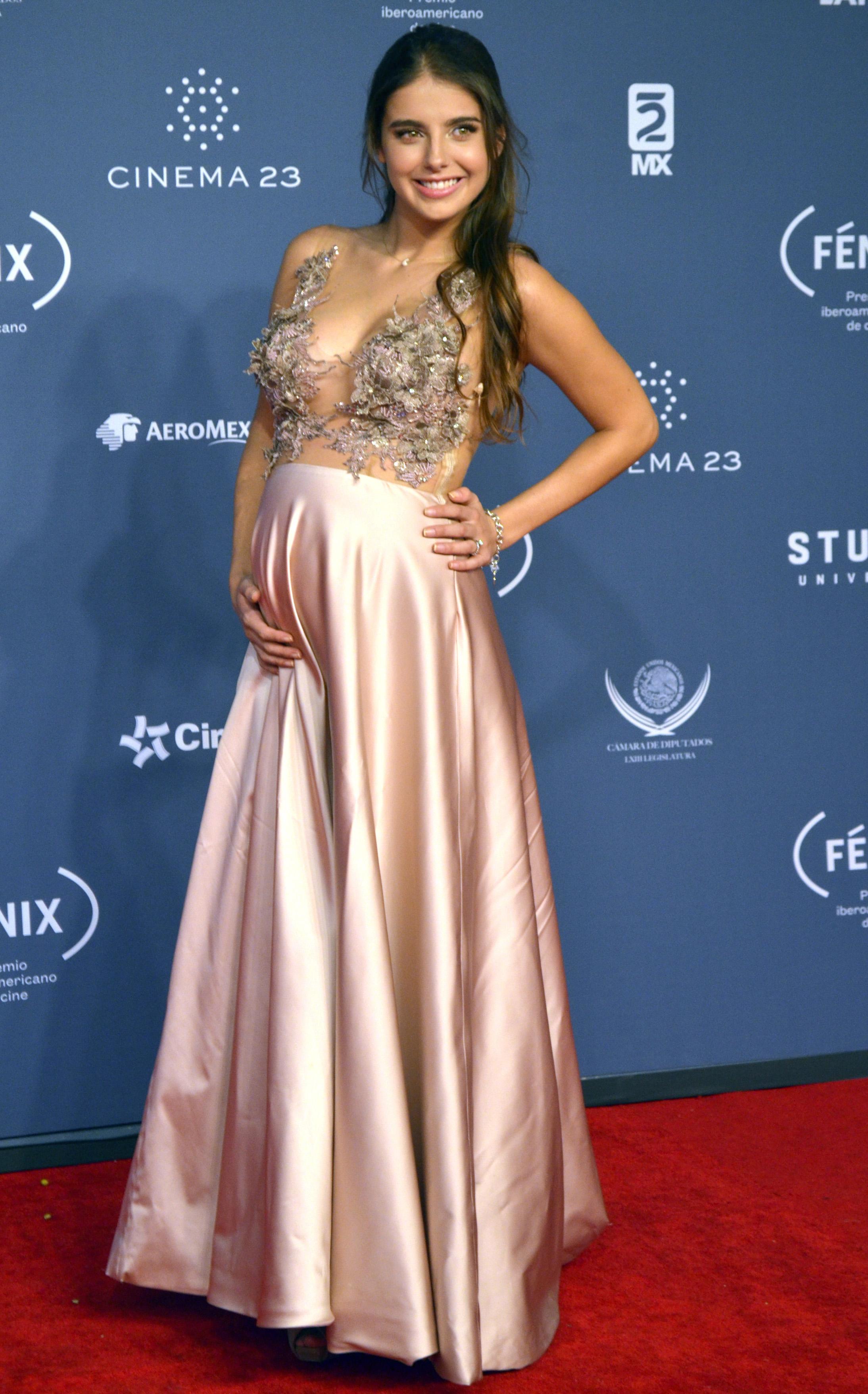 Michelle Renaud embarazada en alfombra roja