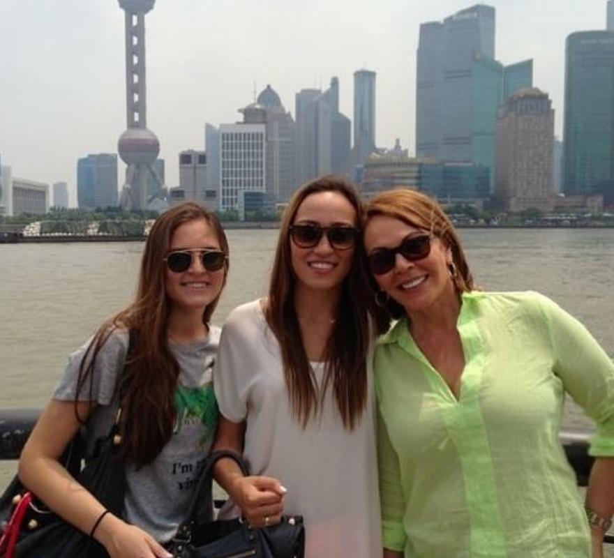 Maria Elena Salinas y sus hijas16