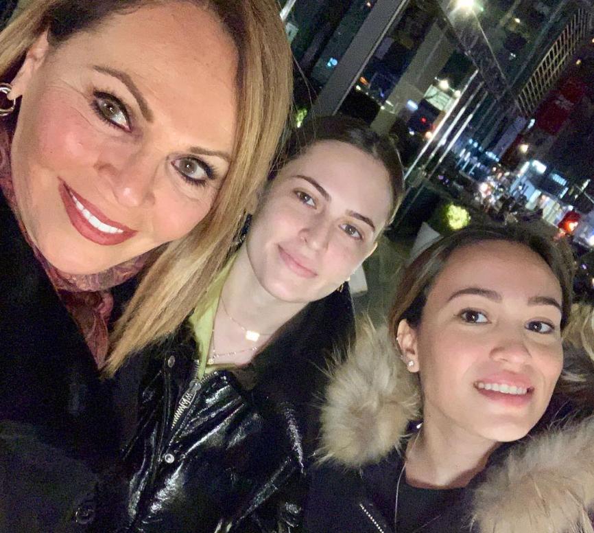 Maria Elena Salinas y sus hijas2
