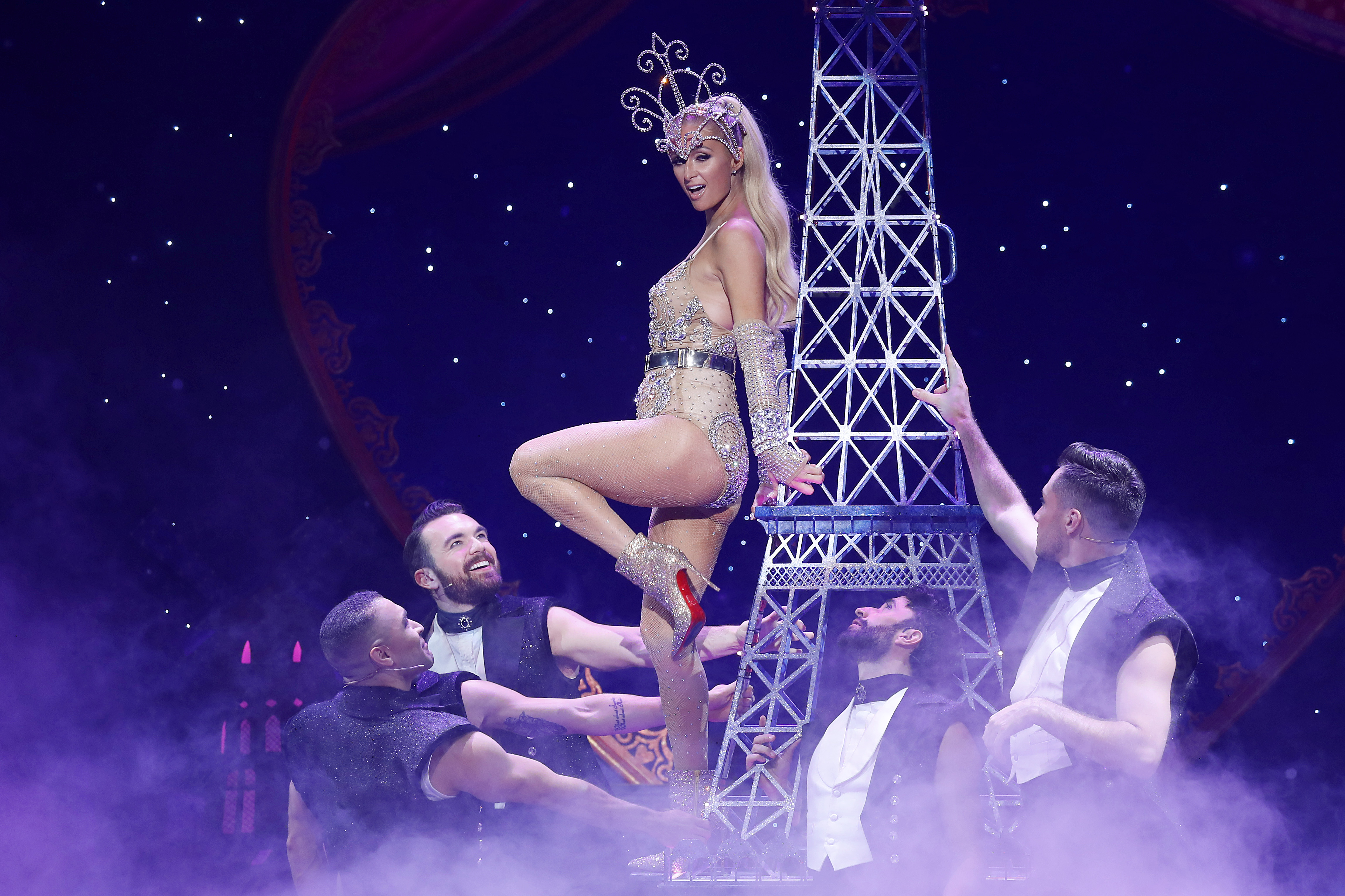 Paris Hilton en The Blonds x Moulin Rouge! The Musical