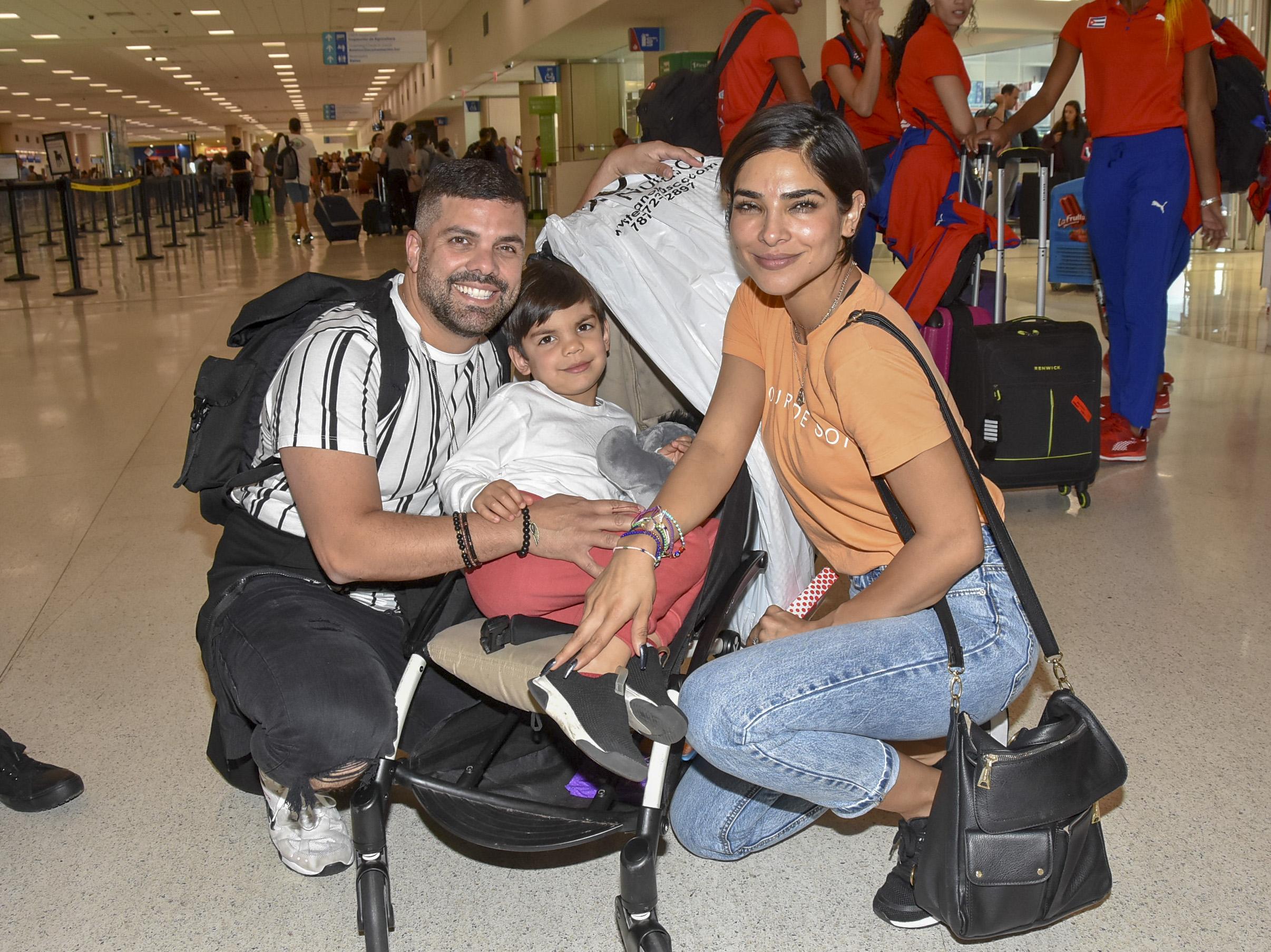 Alejandra Espinoza con Anibal Marrero y su hijo Mateo en isla verde puerto rico aeropuerto
