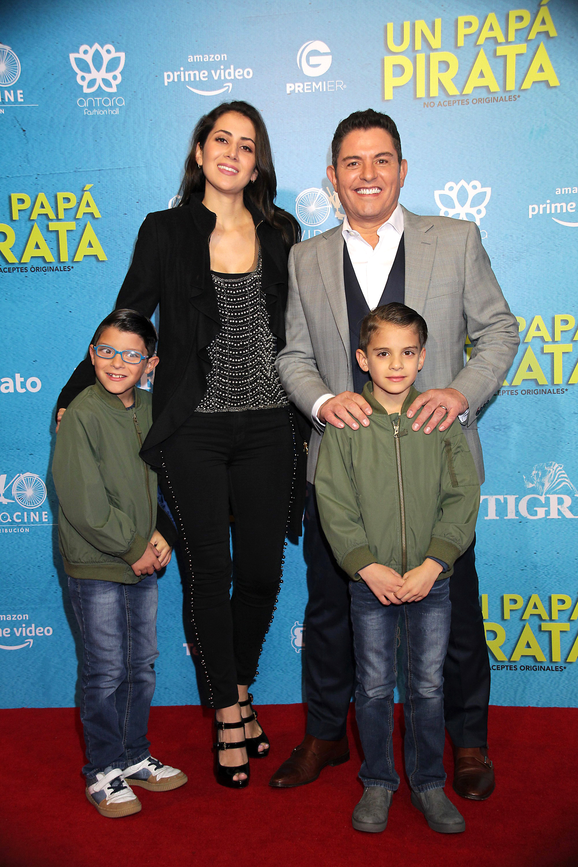 Ernesto Laguardia familia en la alfombra roja del estreno de la cinta Un papá pirata