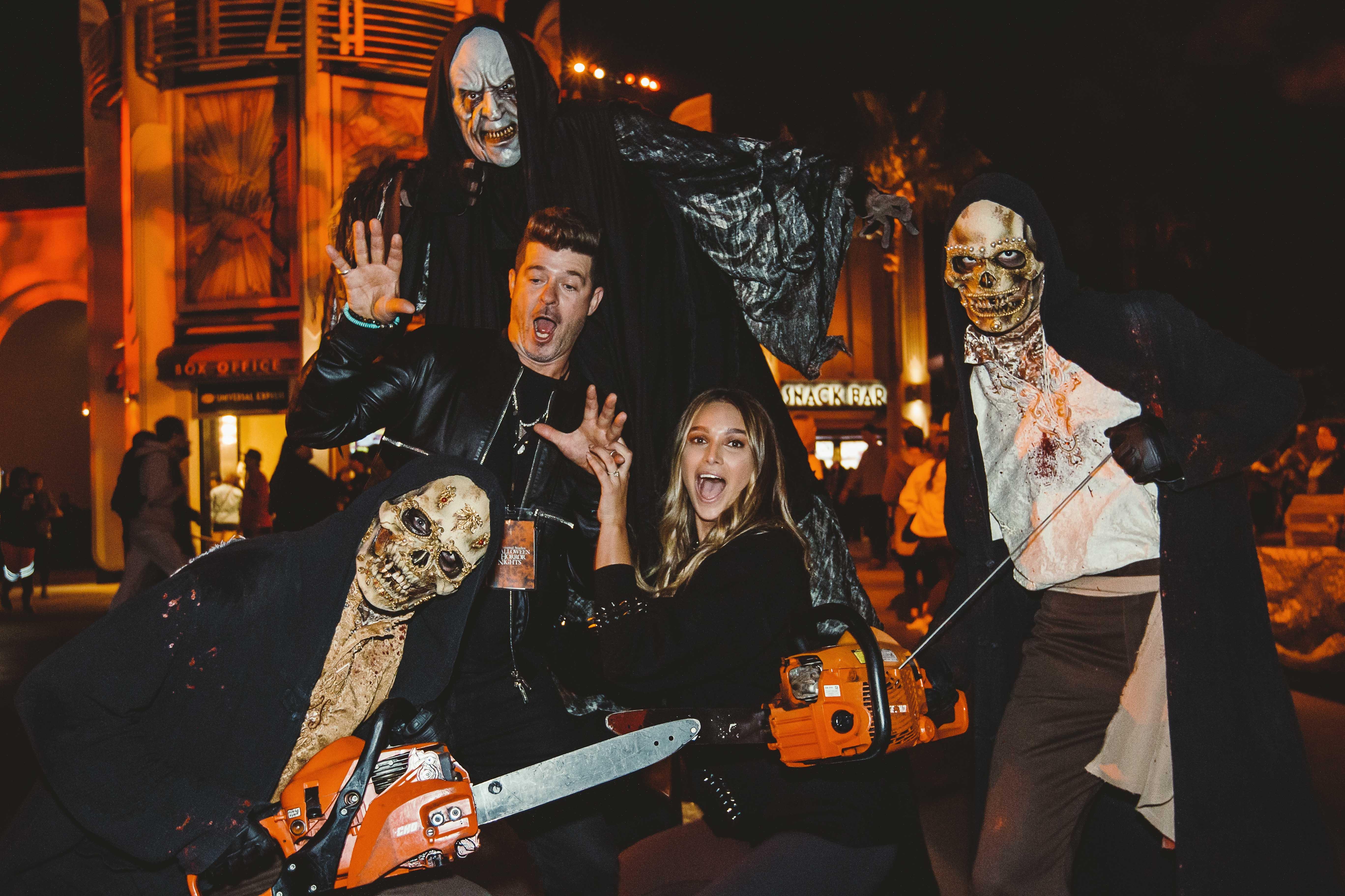 Robin Thicke y su prometida April Love Geary Halloween Horror Nights de Universal Studios Hollywood
