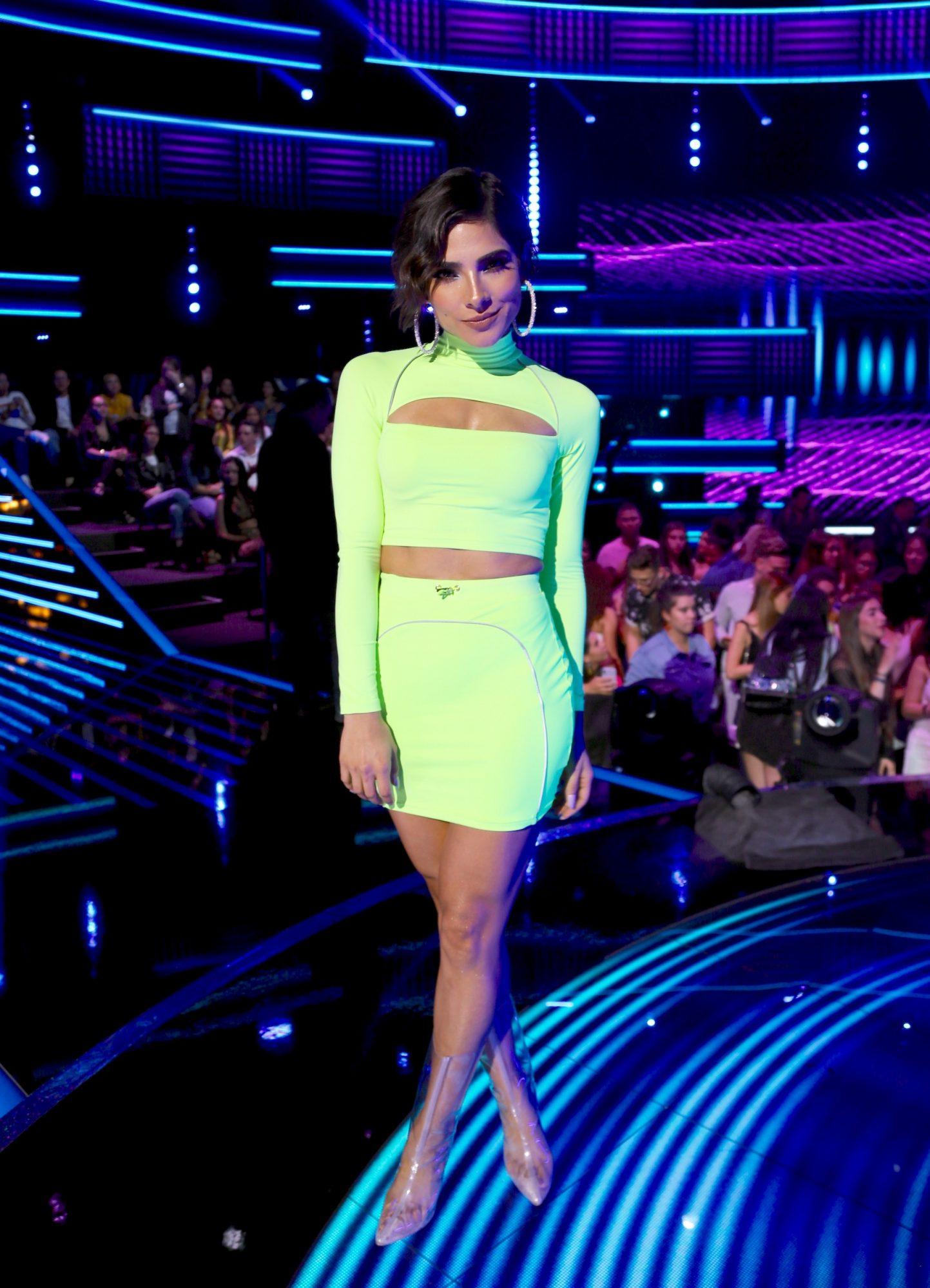 Alejandra espinoza, looks, reina de la cancion