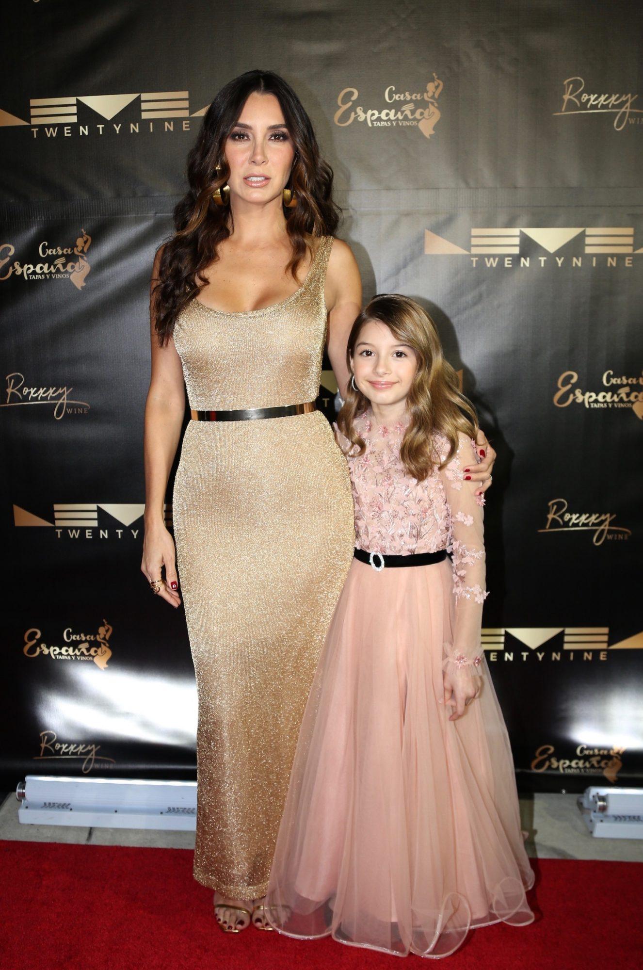 """Elizabeth Gutiérrez con su hija Kailey en la inauguración del restaurante """"TwentyNine"""" de su pareja William Levy"""