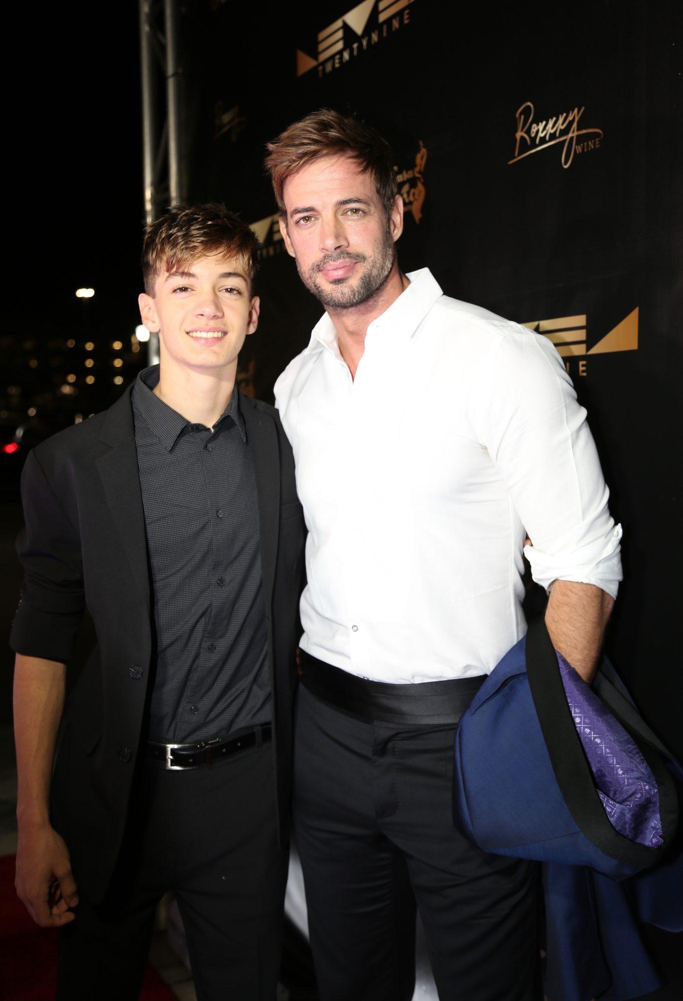 """William Levy con su hijo Christopher en la inauguración de su restaurante """"TwentyNine"""", que celebra una nueva era"""
