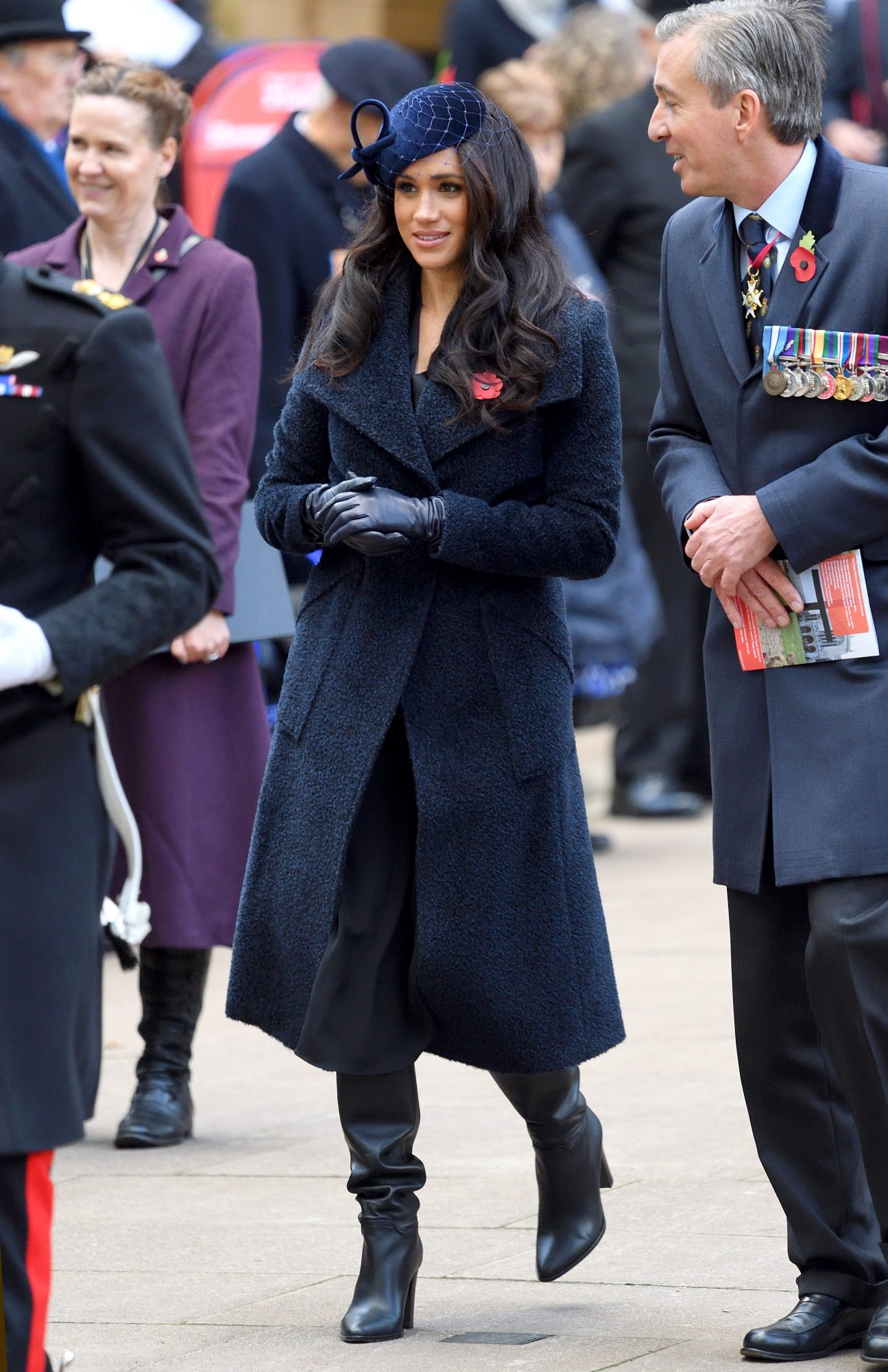 Meghan Markle, look, abrigo azul marino, fascinator