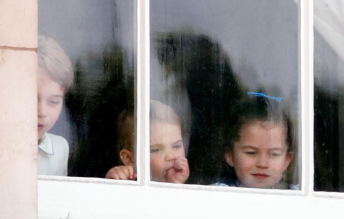 Príncipe George, Louis y princesa Charlotte ventanta